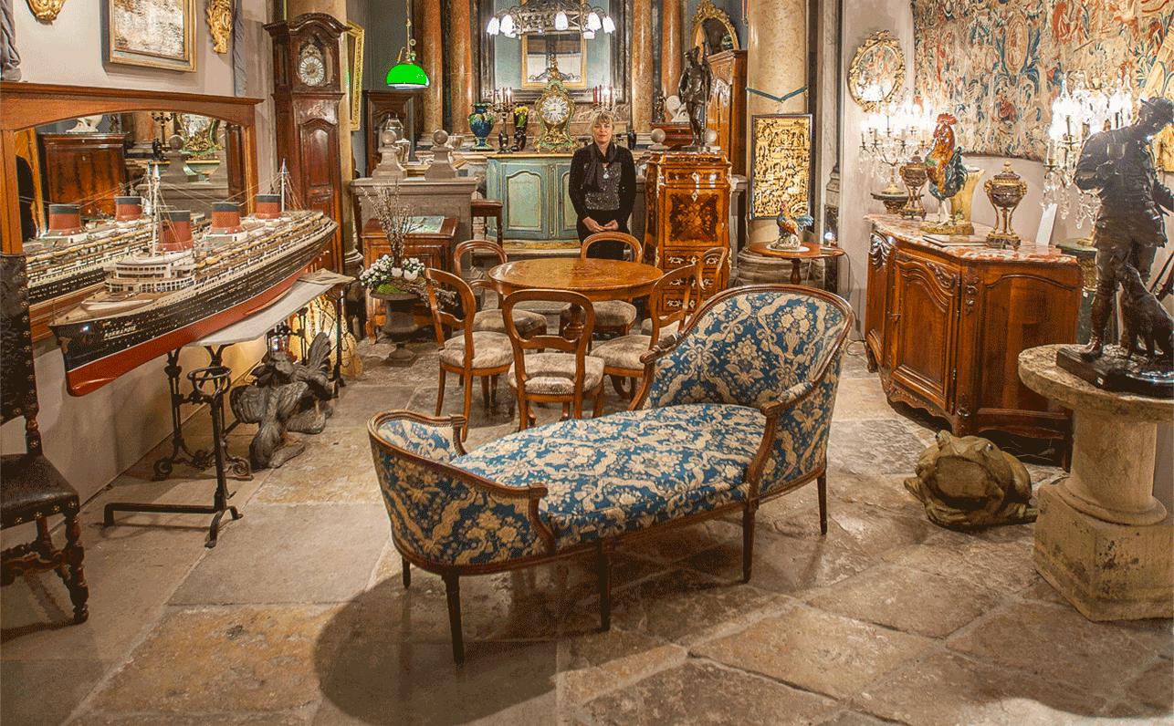 Présentation de mobilier avec Caroline Buhard au centre de la photo